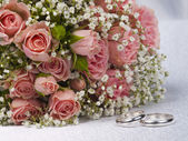Bouquet roses and weddings rings — Stock Photo