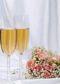 Twee glazen met champagne en boeket rozen — Stockfoto
