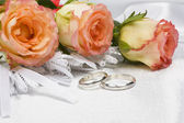 Beautiful rose and wedding rings — Stock Photo