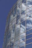 Arranha-céu com reflexões de nuvens — Foto Stock