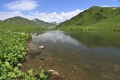Lago de la montaña con la reflexión de las nubes — Foto de Stock