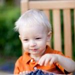 Toddler eating berries — Stock Photo
