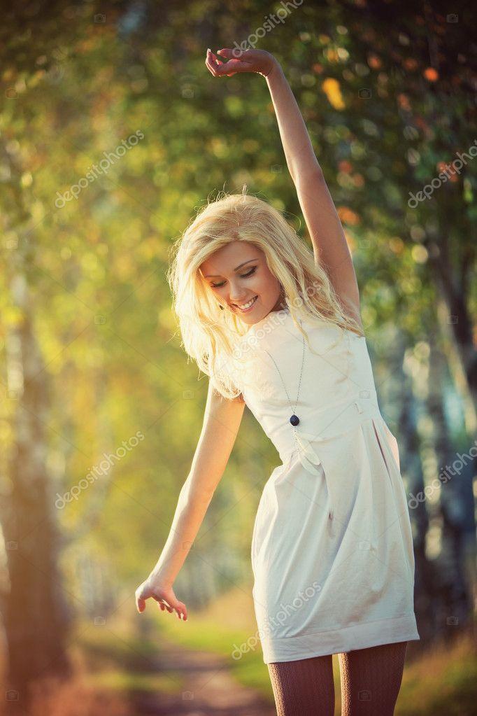 Фото блонди в белом 26 фотография