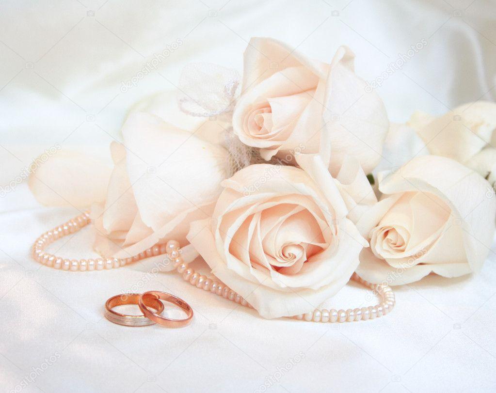 Fedi nuziali e Rose come sfondo di nozze — Foto Stock #5785550