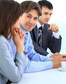 Glada företag arbetar på en bärbar dator under ett möte på kontoret — Stockfoto