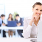 portret kobiety biznes działa na jej laptopie e-urzędu — Zdjęcie stockowe