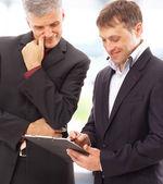 Deux hommes d'affaires discutant - isolé photo studio en haute résolution. — Photo
