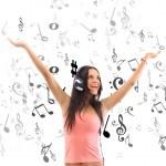 πορτρέτο του μια όμορφη κοπέλα, να ακούτε μουσική για το μεγάλο ακουστικά μέσω — Φωτογραφία Αρχείου