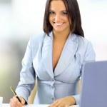 ofiste çalışan genç mutlu gülümseyen iş kadını — Stok fotoğraf