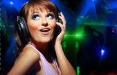 Parlak genç kadın kulaklık takmış müzik dinlemek — Stok fotoğraf