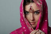 Jonge vrouw in sari — Stockfoto