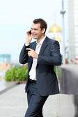 Ung man med mobiltelefon utomhus — Stockfoto