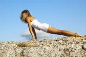Urdhva mukha svanasana, en position i yoga, kallas också uppåt vända — Stockfoto