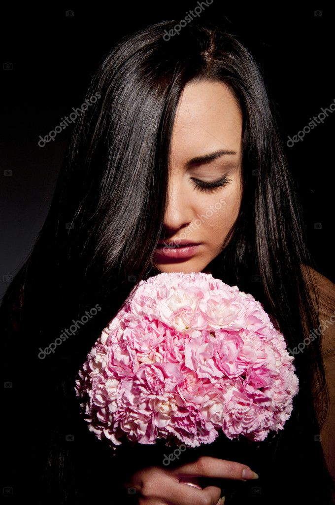 Beautiful girl with a bouquet of carnations — Stock Photo #6726912
