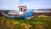 Old Fishing Boat on the bank of Ocean Bay — Stock Photo