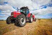 フィールドで干し草の山を収集トラクター — ストック写真
