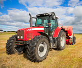 трактор, собирая стоге сена в поле — Стоковое фото