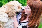 Rödhåriga tjej att ha kul med sin hund — Stockfoto