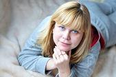 Colocación de mujer de 40 años — Foto de Stock