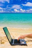 コンピューターと浜辺で手 — ストック写真