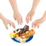 las manos y los pasteles — Foto de Stock