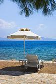 стул и зонтик на пляже греческой — Стоковое фото