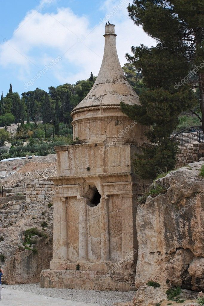 Ancient Tomb of Absalom in Jerusalem with two birds on top — Stock Photo #5781533