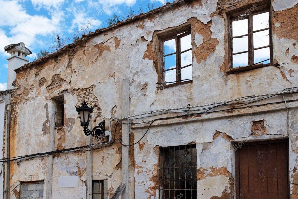 Gevel van een zeer oude verwoeste huis stockfoto 5820014 - Oude huis gevel ...