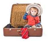 Ein lustiger junge mit sombrero ist im koffer — Stockfoto