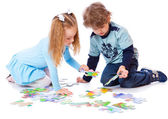 Boy and girl are playing with puzzle — Fotografia Stock