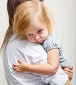 Matka trzyma Chora dziewczyna. — Zdjęcie stockowe