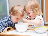 Komik çocuk tatlı yeme — Stok fotoğraf