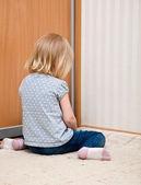 Une fille triste est assis sur le sol — Photo