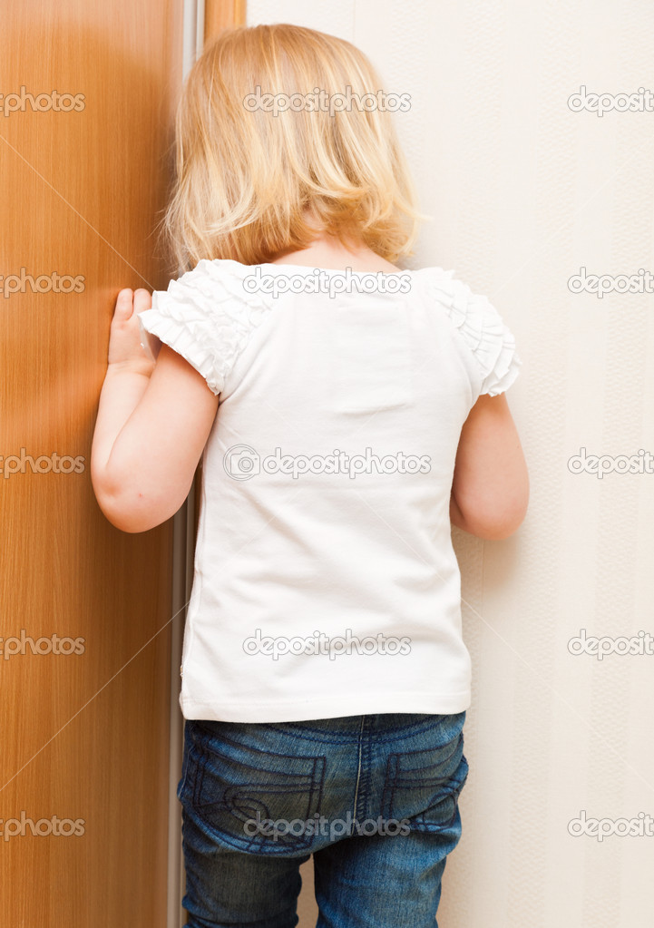 Standing In The Corner : Naughty child is standing in the corner — stock photo