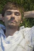 человек спит в поле — Стоковое фото