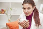 Frau zu hause trinken tee — Stockfoto