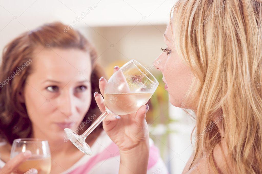 Девушка пьет фото