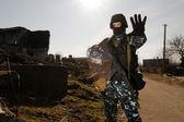żołnierz z pistoletu, dając znak stop — Zdjęcie stockowe