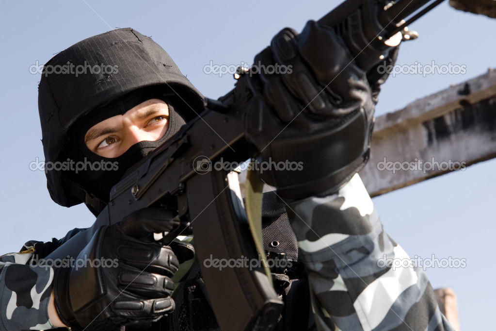 Man in uniform and bulletproof helmet targeting with russian AK-47 rifle — Stock Photo #5394321