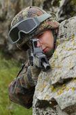 Soldat targeting mit selbstladegewehr — Stockfoto