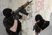 солдаты в черных масках, перемещение наверху с оружием — Стоковое фото