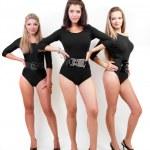 かかとに黒いボディー スーツの 3 つのセクシーな女性のグループ — ストック写真