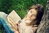 十几岁的女孩阅读书 — 图库照片