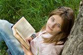 Livro de leitura teenages menina — Foto Stock