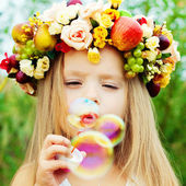 Little girl with wreath — Stockfoto