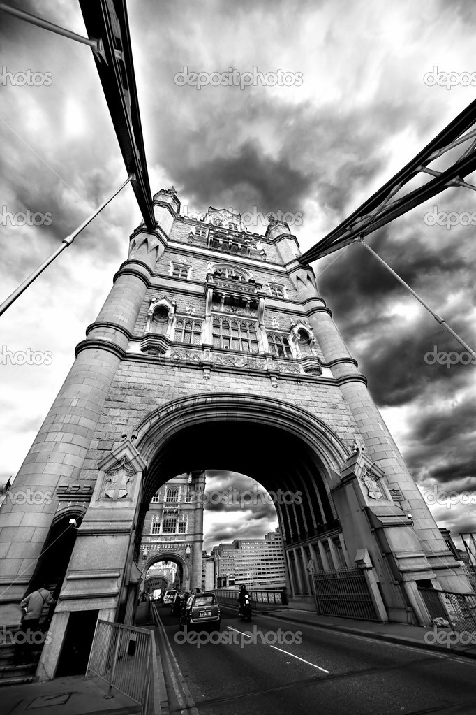 Tower Bridge London England with street traffic and . May 2009 — Stok fotoğraf #5586596