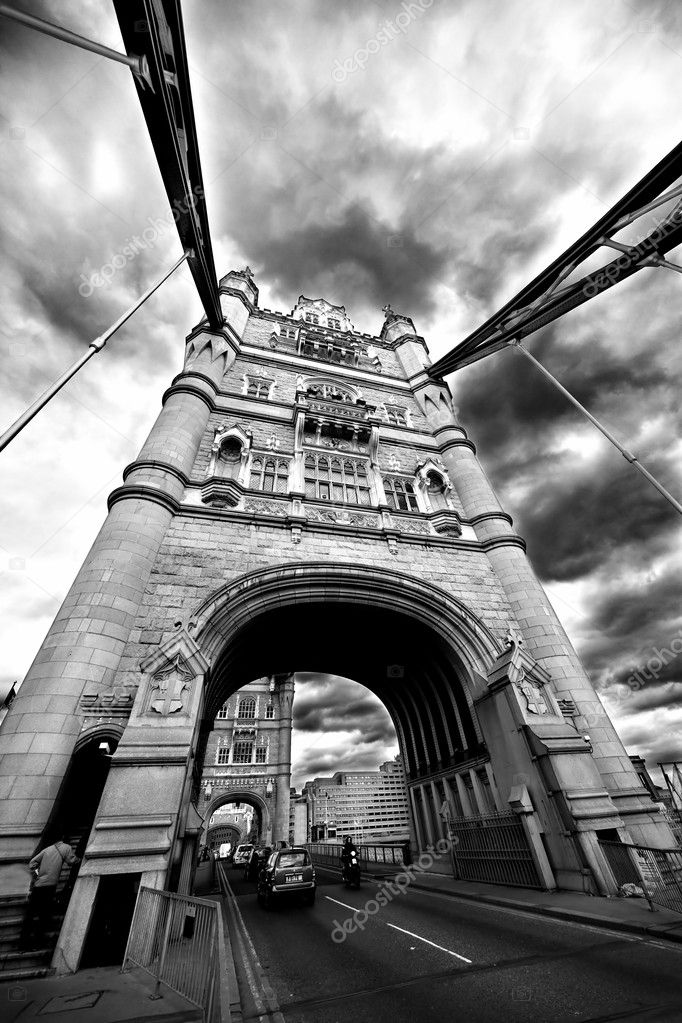 Tower Bridge London England with street traffic and . May 2009 — Lizenzfreies Foto #5586596
