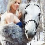 Красивая девушка с лошадью — Стоковое фото