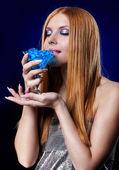 Hermosa pelirroja con gel de bolas — Foto de Stock