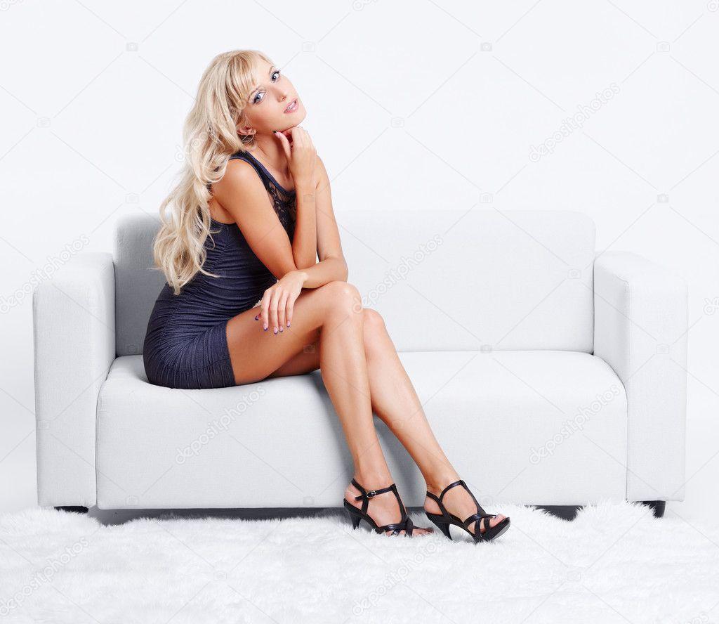 Профессиональные снимки молодой модели на белом диване  552941